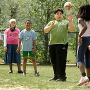 Nederland Rotterdam 26 april 2007 20070426 .leerlingen tijdens gymles in buitenlucht in Rotterdam Zuid ..Foto David Rozing
