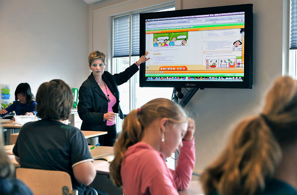 Nederland, Zevenaar, 12-4-2012Op de Sterrenschool wordt uitgebreid gebruik gemaakt van internet, touch-screens, Ipads, en laptops om onderwijs te geven.Foto: Flip Franssen/Hollandse Hoogte