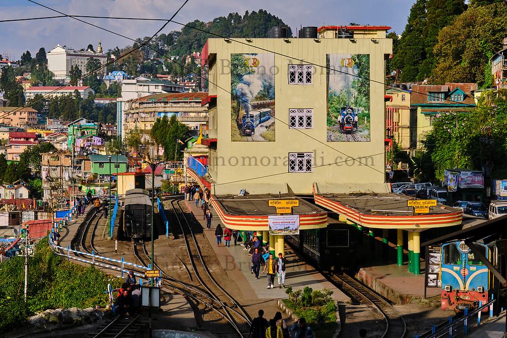 Inde, Bengale Occidental, Darjeeling, gare de Darjeeling, avec le célebre toy train du Darjeeling Himalayan Railway, Patrimoine Mondial de l'Unesco // India, West Bengal, Darjeeling, train station for the toy train from Darjeeling Himalayan Railway, Unesco world Heritage