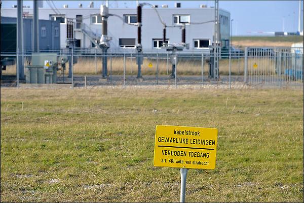 Nederland, Groningen, 15-4-2015Waarschuwingsbord voor belangrijke leidingen die hier in de grond liggen.Foto: Flip Franssen/ HH