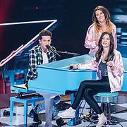 NLD/Hilversum/20160122 - 6de live uitzending The Voice of Holland 2016, Charlie Puth met Maan en Melissa Janssen