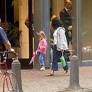 NLD/Laren/20060825 - Leontien Ruiters, dochter Jada en au-pair wandelend in Laren
