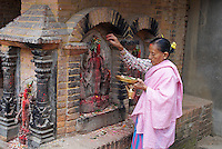 Nepal. Vallee de Kathmandu. Ville Newar de Bhaktapur. Offrande matinale. // Nepal. Kathmandu valley. Newar city of Bhaktapur. Morning offering.
