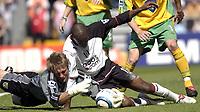 Photo: Daniel Hambury, Digitalsport<br /> Fulham v Norwich City.<br /> FA Barclays Premiership.<br /> 15/05/2005.<br /> Fulham's Luis Boa Morte and Norwich's Robert Green battle for the ball.
