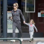NLD/Laren/20120317 - Danielle Oerlemans - Overgaag aan het pinnen met dochter Fiene