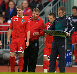 REYKJAVIK, ICELAND - Wednesday, May 28, 2008: Wales' manager John Toshack MBE prepares to bring Sam Vokes on as a substitute against Iceland during the international friendly match at the Laugardalsvollur Stadium. (Photo by David Rawcliffe/Propaganda)