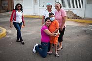 Foto familiar de Manuel Alejandro Romero junto a su madrina, Nilda Marquez (d), madre Jaqueline Romero (c) y prima, Mayerling Romero (de rodillas). Gracias a FundaHigado, en junio de 2012, recibió un trasplante de higado que le permite disfrutar de la vida. Maracaibo, Venezuela 20 y 21 Oct. 2012. (Foto/ivan gonzalez)
