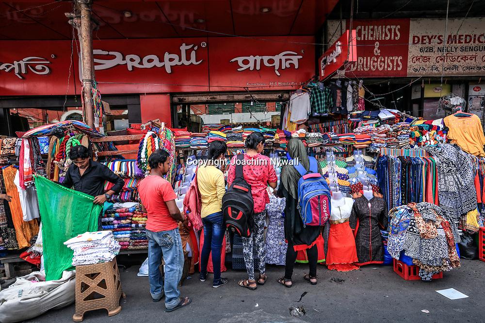 20171028 Kolkata Calcutta Indien<br /> Området runt New Market<br /> Klännings affär<br /> ----<br /> FOTO : JOACHIM NYWALL KOD 0708840825_1<br /> COPYRIGHT JOACHIM NYWALL<br /> <br /> ***BETALBILD***<br /> Redovisas till <br /> NYWALL MEDIA AB<br /> Strandgatan 30<br /> 461 31 Trollhättan<br /> Prislista enl BLF , om inget annat avtalas.