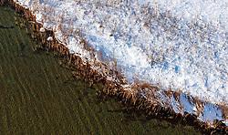 THEMENBILD - Wasseroberfläche und das verschneite Ufer des Zeller Sees, aufgenommen am 5. Feber 2018 in Zell am See - Kaprun, Österreich // Water surface and the snowy shore of the Zeller lake, Zell am See Kaprun, Austria on 2018/02/05. EXPA Pictures © 2018, PhotoCredit: EXPA/ JFK