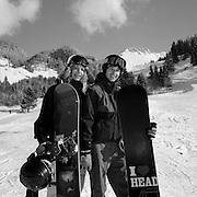 Zwei junge Snowboarder im Schwarzsee. Deux jeunes faisant du snowboard au Lac Noir. Hiver 2003 / 2004. © ROMANO P. RIEDO