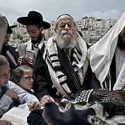 Jérusalem, israël, le jeudi 21 avril 2011 - près de 10 000 fidèles étaient rassemblés au mur des Lamentations pour la bénédiction des Cohanim (prêtres juifs) au quatrième jour de Pessah (Pâques juive). Des hommes et des enfants se reccueillent.