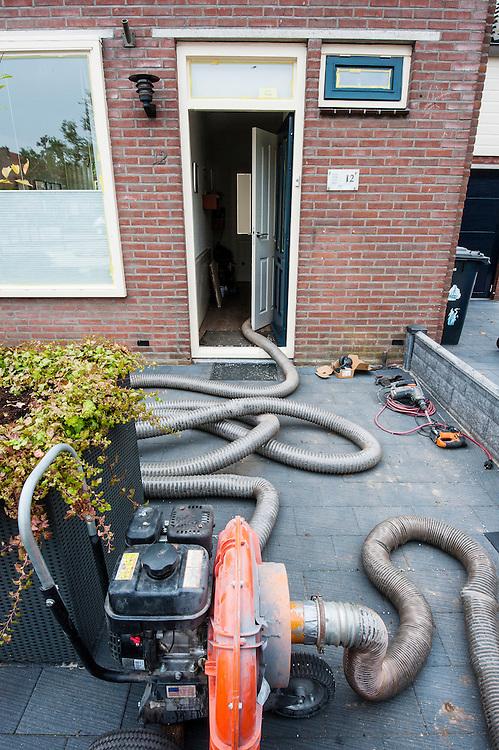 Netherlands, Bunschoten, 19 sept 2014<br /> Aanbrengen vloerisolatie. Kleine piepschuimkorrels worden onder de vloer in de kruipruimte van een woonhuis geblazen. Hierdoor hoeft er minder hard gestookt te worden.<br /> Foto: (c) Michiel Wijnbergh