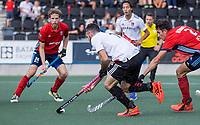 AMSTELVEEN -  Trent Mitton (Amsterdam) met Tom Beddows (Tilburg)  tijdens de hockey hoofdklasse competitiewedstrijd  heren, Amsterdam-HC Tilburg (3-0).  COPYRIGHT KOEN SUYK