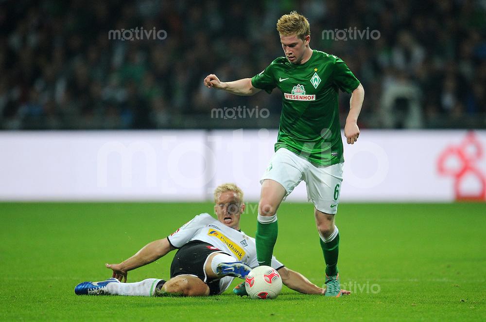 FUSSBALL   1. BUNDESLIGA    SAISON 2012/2013    8. Spieltag   SV Werder Bremen - Borussia Moenchengladbach  07.10.2012 Mike Hanke (li, Borussia Moenchengladbach)  gegen Kevin De Bruyne (re, SV Werder Bremen)