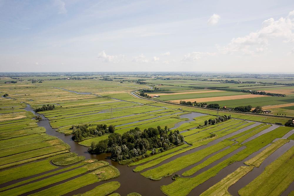 Nederland, Noord-Holland, Schermer, 14-07-2008; Eilandspolder in de voorgrond, voormalig veeneiland tussen de toenmalige meren Schermer en Beemster; de polder Beemster, rechts achter de ringvaart kent  een strakke verkaveling (geometrische raster), dit in tegenstelling tot het grillige landschap van de Eilandspolder, die onstaan is door drainage en vervening (winnen van turf); de Eialndspolder is in gebruik als weide- en hooiland; beschermd natuurgebied voor water- en weidevogels, nat grasland en moeras; watervogel*. .luchtfoto (toeslag); aerial photo (additional fee required); .foto Siebe Swart / photo Siebe Swart