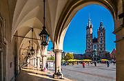 Kościół Mariacki spod Sukiennic, Rynek Główny w Krakowie, Polska<br /> St. Mary's Church from the Cloth Hall, Main Market Square in Cracow, Poland