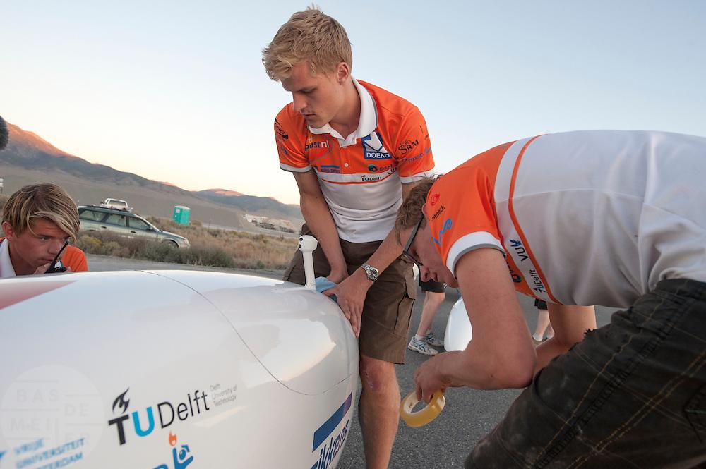 Het Human Power Team Delft en Amsterdam met de VeloX3 bij de start van de eerste race van de WHPSC. In Battle Mountain (Nevada) wordt ieder jaar de World Human Powered Speed Challenge gehouden. Tijdens deze wedstrijd wordt geprobeerd zo hard mogelijk te fietsen op pure menskracht. Ze halen snelheden tot 133 km/h. De deelnemers bestaan zowel uit teams van universiteiten als uit hobbyisten. Met de gestroomlijnde fietsen willen ze laten zien wat mogelijk is met menskracht. De speciale ligfietsen kunnen gezien worden als de Formule 1 van het fietsen. De kennis die wordt opgedaan wordt ook gebruikt om duurzaam vervoer verder te ontwikkelen.The VeloX3 of the Human Power Team Delft and Amsterdam at the start of the first race of the WHPSC. In Battle Mountain (Nevada) each year the World Human Powered Speed Challenge is held. During this race they try to ride on pure manpower as hard as possible. Speeds up to 133 km/h are reached. The participants consist of both teams from universities and from hobbyists. With the sleek bikes they want to show what is possible with human power. The special recumbent bicycles can be seen as the Formula 1 of the bicycle. The knowledge gained is also used to develop sustainable transport.