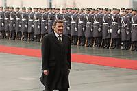 14 MAR 2002, BERLIN/GERMANY:<br /> Gerhard Schroeder, SPD, Bundeskanzler, und das zur Begruessung eines Staatsgastes mit militaerischen Ehren angetretene Wachbataillon der Bundeswehr, Ehrenhof, Bundeskanzleramt <br /> IMAGE: 20020314-02-002<br /> KEYWORDS: Soldat, Soldaten, Begrüßung, gerhard Schröder