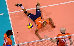 20150620 NED: World League Nederland - Portugal, Groningen<br /> De Nederlandse volleyballers hebben in de World League het vierde duel met Portugal verloren. Na twee uitzeges en de 3-0 winst van vrijdag boog de ploeg van bondscoach Gido Vermeulen zaterdag in Groningen met 3-2 voor de Portugezen: (25-15, 21-25, 23-25, 25-21, 11-15) / Niels Klapwijk #14, Nimir Abdelaziz #1, Jasper Diefenbach #20