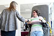 Koningin Maxima woont het congres van de Internationale MS Federatie (MSIF) bij in het MS-expertisecentrum van zorginstelling Nieuw Unicum.<br /> <br /> Queen Maxima attends the conference of the International MS Federation (MSIF) in the MS expertise center of care institute Nieuw Unicum.<br /> <br /> Op de foto / On the photo: Koningin Maxima brengt een bezoek aan de afdeling fysiotherapie  /// Queen Maxima visits the physiotherapy department
