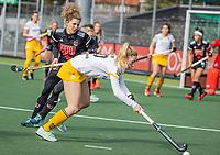 AMSTELVEEN - Laura Nunnink (DenBosch) met Maria Verschoor (Adam)   tijdens  de hoofdklasse hockey competitiewedstrijd dames, Amsterdam-Den Bosch (0-1)  COPYRIGHT KOEN SUYK