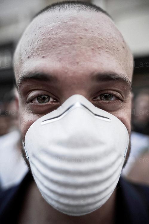 Un ambientalista indossa la mascherina durante la manifestazione. Christian Mantuano/OneShot