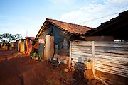 Iturama_MG, 14 de Maio de 2007...Casa na beira de estrada na rodovia MG 255, Minas Gerais...A house near to MG 255 highway, Minas Gerais...Foto: LEO DRUMOND / NITRO