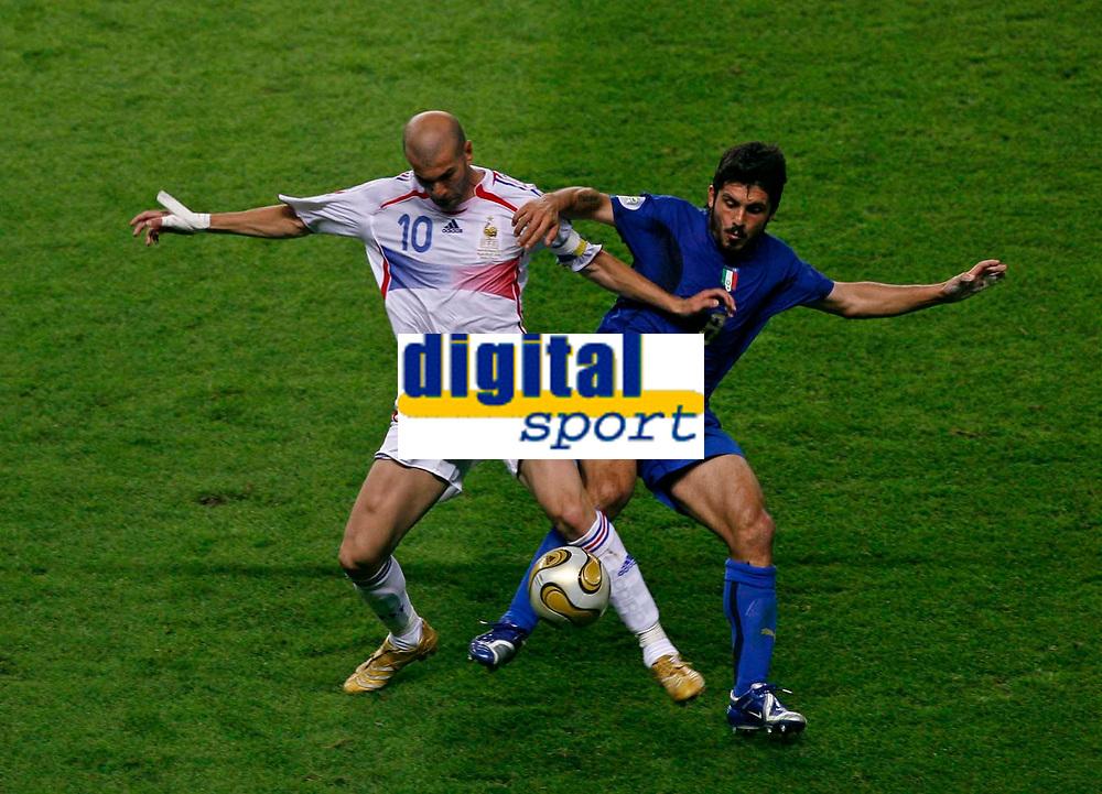 Photo: Glyn Thomas.<br />Italy v France. FIFA World Cup 2006 Final. 09/07/2006.<br /> France's Zinedine Zidane (L) and Italy's Gennaro Gattuso.