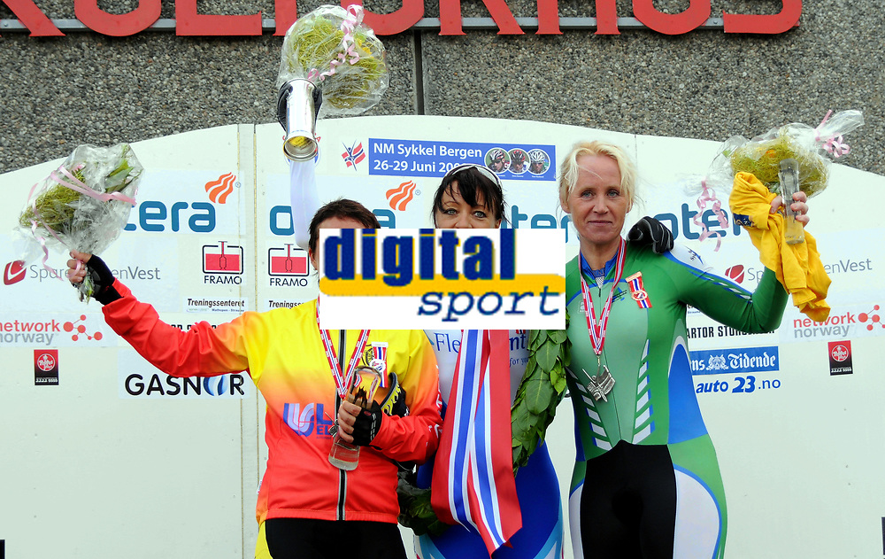NM Sykkel Bergen<br /> 26.Juni 2008<br /> Kvinner senior <br /> Tempo 29,4 km<br /> Elin Steinsbø Fylkesnes , Bømlo SK<br /> Kongepokal vinneren Anita Valen-De Vries , Team Flexpoint / Grenland SK<br /> Anny Hauglid , Nesodden SK<br /> Foto : Astrid M. Nordhaug