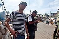 Un ragazzo dell'autodifesa mostra con orgoglio la sua arma.