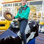 NLD/Amsterdam/20170508 - Lancering L'HOMO, Douwe Bob op een rodeostier
