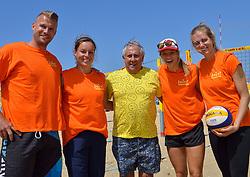20150627 NED: WK Beachvolleybal day 2, Scheveningen<br /> Nederland heeft er sinds zaterdagmiddag een vermelding in het Guinness World Records bij. Op het zonnige strand van Scheveningen werd het officiële wereldrecord 'grootste beachvolleybaltoernooi ter wereld' verbroken. Maar liefst 2355 beachvolleyballers kwamen zaterdag tegelijkertijd in actie / Joost Kooistra, janneke van Tienen, FIVB President Dr. Ary S. Graça, Laura Bloem en Caroline Wensink