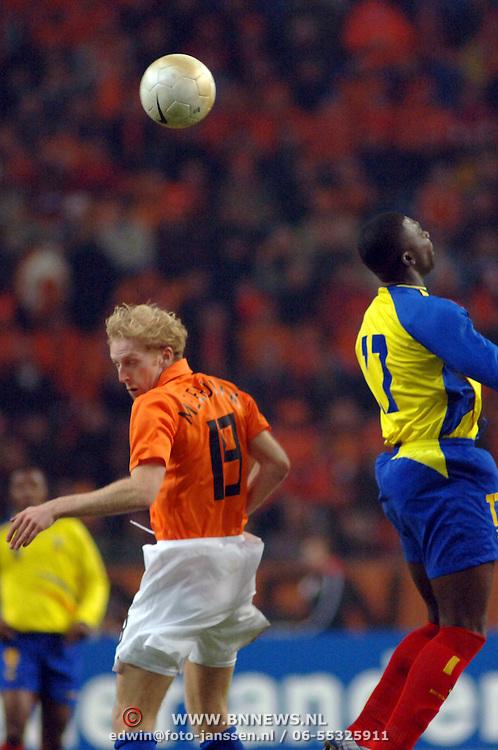 NLD/Amsterdam/20060301 - Voetbal, oefenwedstrijd Nederland - Ecuador, Marijn Meerdink in kopduel met Giovanny Espinoza