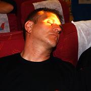 Miss Nederland 2003 reis Turkije, Jan Mennen slapend in vliegtuig
