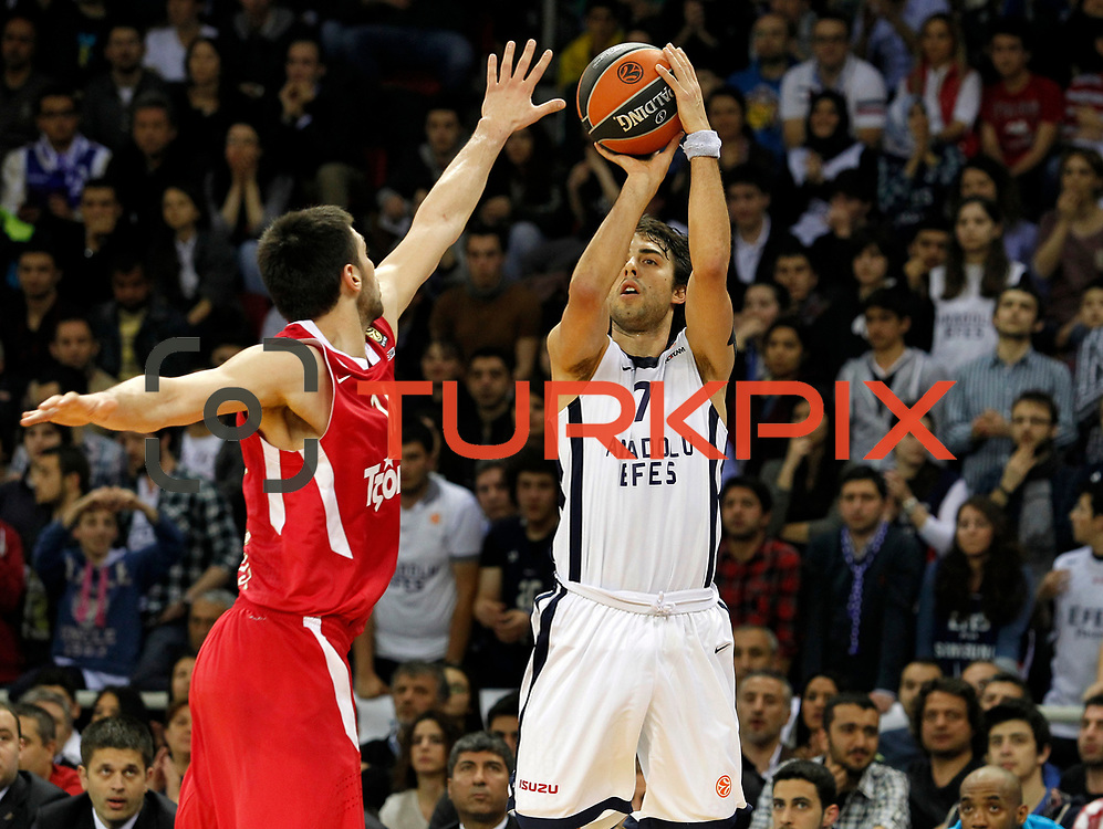 Anadolu Efes's Sasha Vujacic (R) during their Turkish Airlines Euroleague Basketball playoffs Game 3 Anadolu Efes between Olympiacos at Abdi ipekci Arena in Istanbul, Turkey, Wednesday, April 17, 2013. Photo by Aykut AKICI/TURKPIX