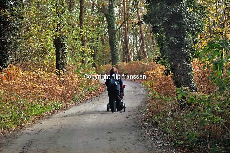 Nederland, Gaanderen, 5-11-2020 Een oma, grootmoeder, loopt met haar kleinkind over een landweggetje in het buitengebied in de Achterhoek .Foto: ANP/ Hollandse Hoogte/ Flip Franssen