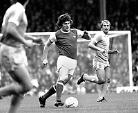 Fotball<br /> England <br /> Foto: Colorsport/Digitalsport<br /> NORWAY ONLY<br /> <br /> Pat Rice - Arsenal. Arsenal v Manchester City (Dennis Tueart - Manchester City) 4/9/76