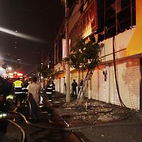 Toluca, Mex.- Elementos del cuerpo de bomberos de Toluca acudieron esta madrugada a sofocar un incendio en una tienda de telas en la Av. Juárez, entre las avenidas Hidalgo y Morelos, no se registraron perdidas humanos solo materiales. Agencia MVT / Crisanta Espinosa. (DIGITAL)