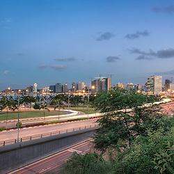 A Marginal de Luanda ao final do dia. Baía de Luanda requalificada. Vista a partir das escadas da fortaleza São Miguel. Angola