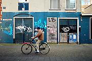 Fietser in de Pastoorswarande, centrum van Den Haag - Cyclist near centre of The Hague, Netherlands