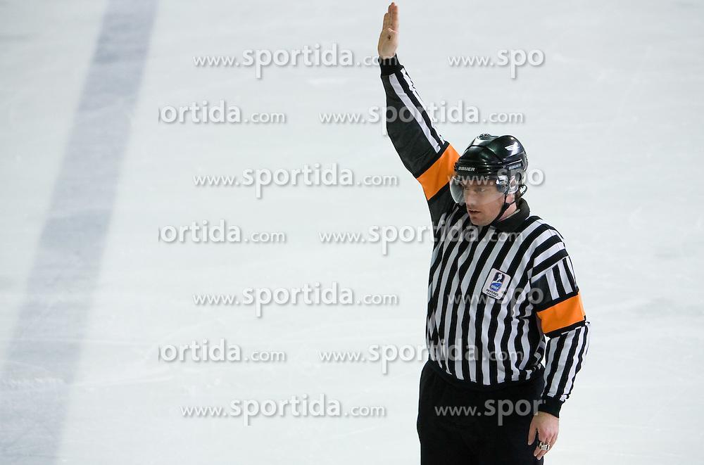 Menjava igralcev. Player change signal. Slovenski hokejski sodnik Damir Rakovic predstavlja sodniske znake. Na Bledu, 15. marec 2009. (Photo by Vid Ponikvar / Sportida)