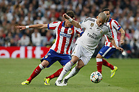 Real Madrid's Pepe (R) and Atletico del Madrid´s Mandzukic during quarterfinal second leg Champions League soccer match at Santiago Bernabeu stadium in Madrid, Spain. April 22, 2015. (ALTERPHOTOS/Victor Blanco)