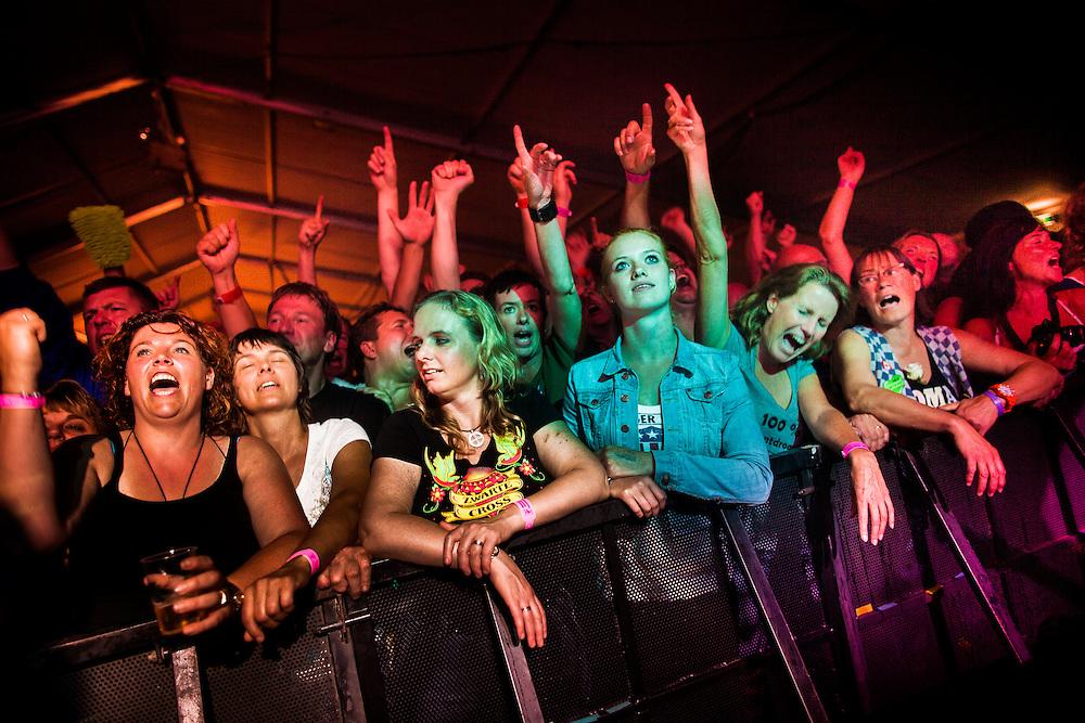 """Høkersweekend:<br /> <br /> Al meer dan 30 jaar komt de harde kern van de Normaal fanclub ieder jaar samen in het Achterhoekse Zelhem om gezamenlijk hun liefde voor de boerenrockband te vieren. <br /> Drie dagen en nachten lang wordt er door het """"Anhangerschap"""" gefeest op zijn Achterhoeks: het zogenaamde """"Høken"""""""