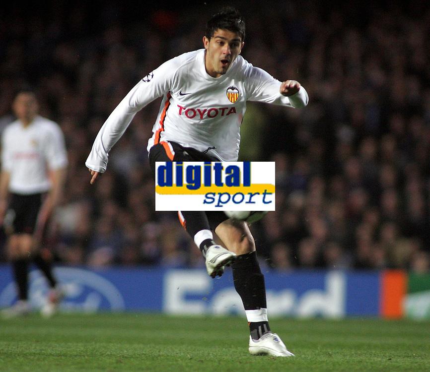 Photo: Paul Thomas.<br /> Chelsea v Valencia. UEFA Champions League. Quarter Final, 1st Leg. 04/04/2007.<br /> <br /> David Villa of Valencia shoots wide.