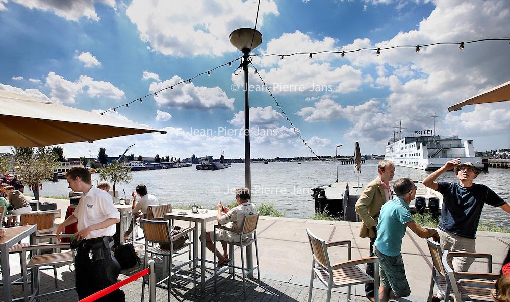 Nederland, Amsterdam , 18 juli 2010..De IJ-kantine is een vrolijke en eigentijds ingerichte brasserie, gelegen aan de NDSM haven in Amsterdam Noord...The sunniest terraces of Amsterdam
