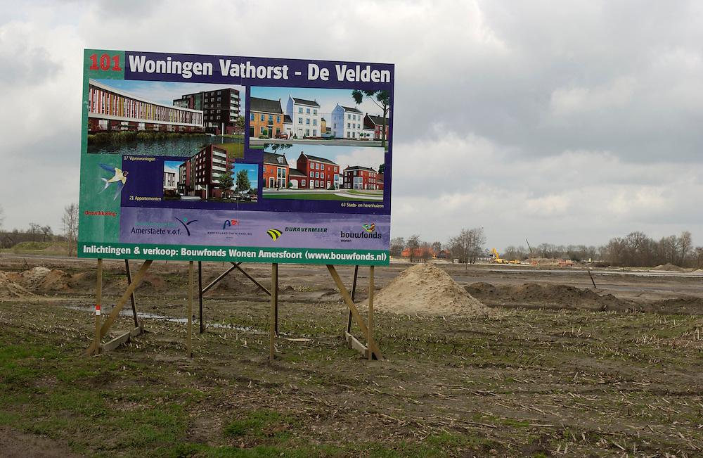 Nederland, Amersfoort, 21-03-2002..Vinexlokatie Vathorst bij Amersfoort. Voor de bouw van de eerste huizen van deze nieuwe wijk in het platte land liggen de funderingen er al.  Borden moeten toekomstige bewoners aantrekken hier een huis te kopen...Foto (c) Michiel Wijnbergh/Hollandse Hoogte