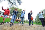 Nederland, Ooij, 6-9-2017Ouderen van dit plattelandsdorp bij Nijmegen bewegen op muziek in de nieuwe beweegtuin, een plek met toestellen om buiten eenvoudig aan beweging en oefening te komen.Foto: Flip Franssen