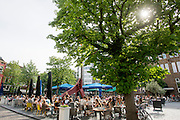 In Utrecht genieten mensen van het mooie weer.<br /> <br /> In Utrecht people are enjoying the nice weather.