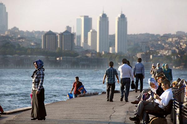 Turkije, Istanbul, 4-6-2011Straatbeeld. Langs de Bosporus.Foto: Flip Franssen