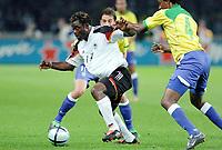 Fotball<br /> Privatlandskamp<br /> Tyskland v Brasil<br /> Berlin<br /> 8. september 2004<br /> Foto: Digitalsport<br /> NORWAY ONLY<br /> GERALD  ASAMOAH (GER) / ROQUE JUNIOR (BRA)